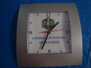Relógio de parede com o símbolo da CM